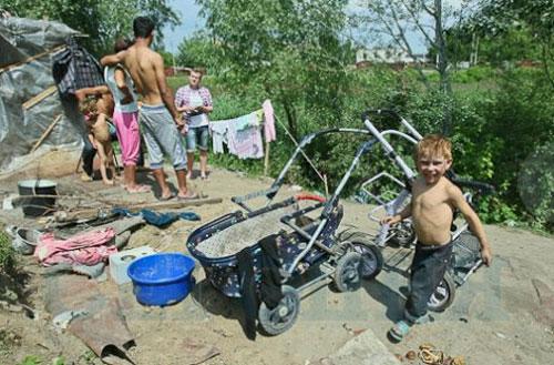 У Франківську роми облаштували табір біля садочка
