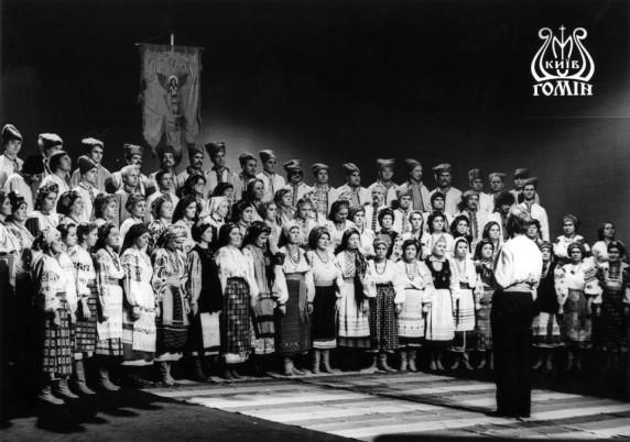 """Етнографічний хор """"Гомін"""" під час зйомок фільму в павільйоні. 1991 р. Фото: http://homin.etnoua.info"""