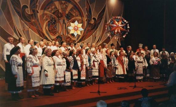 """Новорічний концерт """"Гомону"""" в Українському Домі. 11.01.1998 р. Фото: www.homin.etnoua.info"""