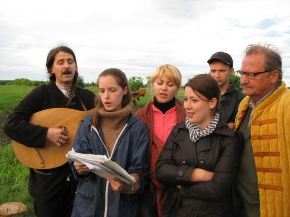 Молодь співає з Тарасом Компаніченком та Миколою Товкайлом