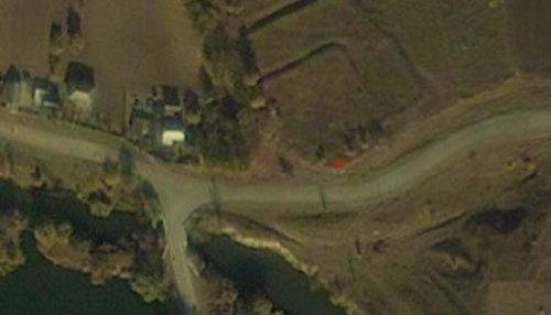 Червоною цяточкою показано місце, до стояла вежа. Під нею добре видно залишки масивного контрфорсу