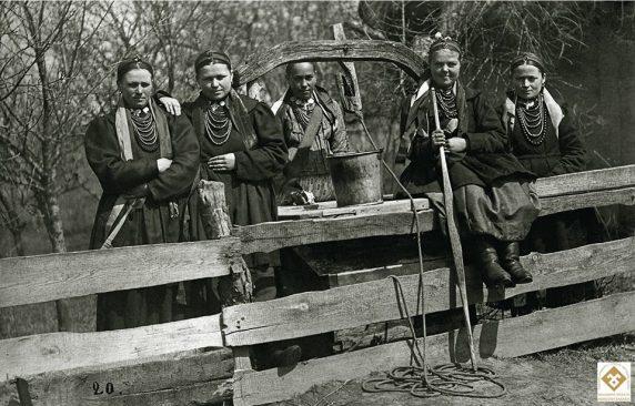 Г.П.Шевченко. Дівчата коло криниці. Черкащина, Звенигородський р-н, с.Керелівка. 1907-1908 рр.