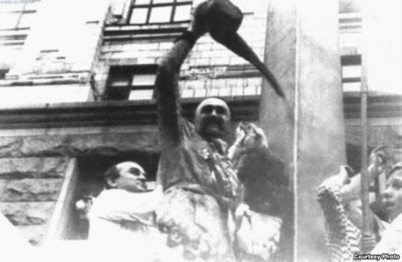 Урочисте підняття першого синьо-жовтого прапора над Києвом